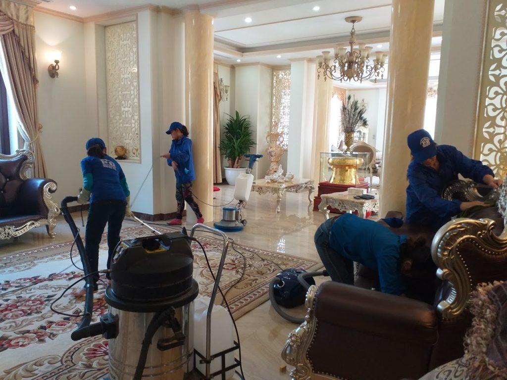Nhân viên nhà sạch movsa Hạ Long  đang tích cực dọn dẹp, vệ sinh văn phòng